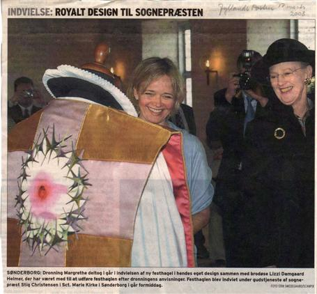 Dronning Margrethe og Lizzi Damgaard ved Sct. Marie kirkes nye hagel